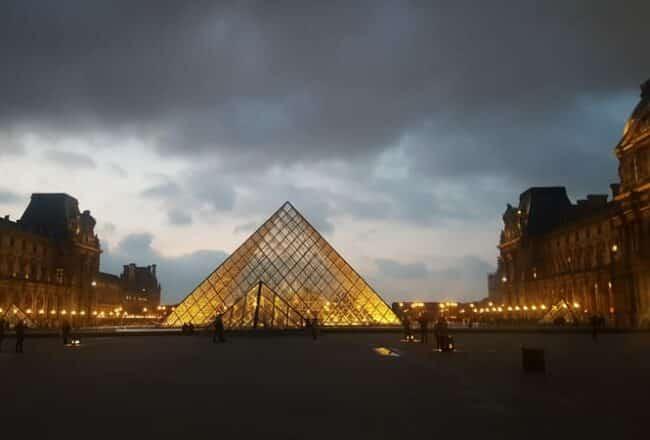 Pirâmide do Louvre iluminada, em Paris